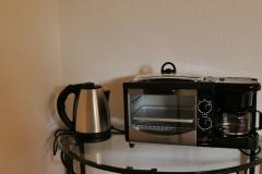mit Frühstücksautomat und Wasserkocher