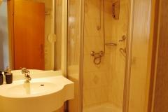 Bad mit Dusche, WC und Fenster