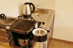 mit Kaffeemaschine, Mini-Backofen und Wasserkocher