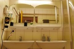 Hauptbad mit 2 Spiegeln