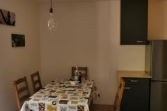Esstischgruppe und Küchenschrank